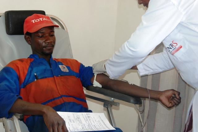 Un graisseur donnant son sang à la station Total Camp-fonctionnaire (Ph : B24)