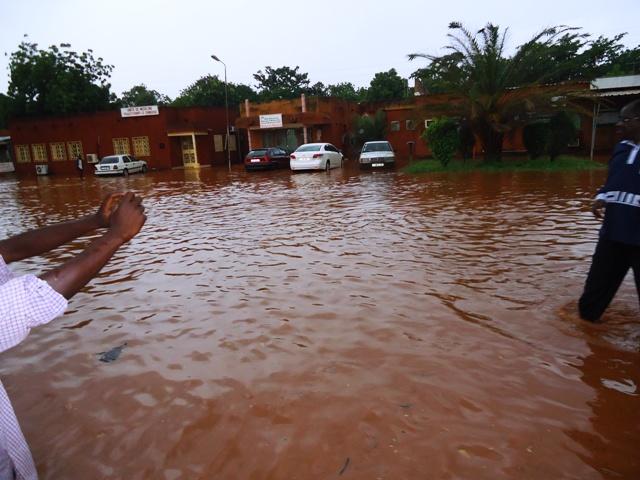 Voici ce que ressemblait la cour du CHU-YO devant les urgences aux premières heures de l'inondation (Ph : DR)