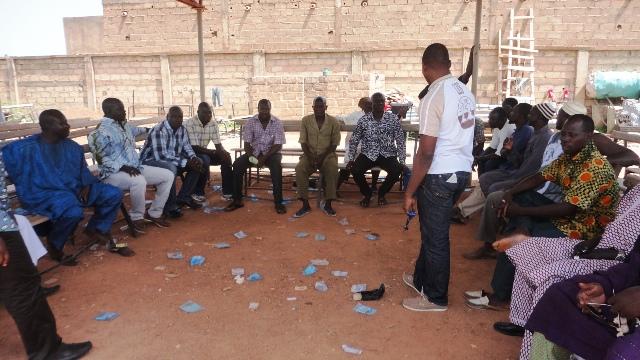 Des militants se sont rencontrés ce vendredi pour parler de la situation de leur mairie (Ph : B24)