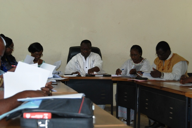 Le maire Anatole Bonkoungou a évacué l'ordre du jour de la session avec les conseillers municipaux présents (Ph : B24)