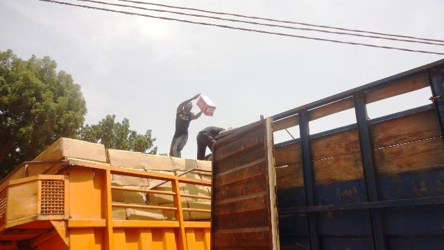 Les convoyeurs transvasant le contenu du camion accidenté dans un autre (Ph : B24)