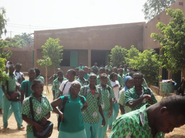 Les élèves du Lycée Yiguia sont astreints à porter des coiffures dénuées de toute extravagance et sans artifice (Ph : B24)