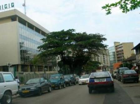 Un aperçu de Libreville avec des voitures d'occasions en circulation (PH:DR)