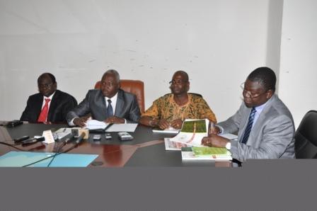 Les responsables de l'ARMP président la conférence de presse (Ph:Sidwaya)