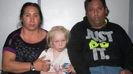 Le couple inculpé de trafic d'enfant, avec la petite Maria qui devait être vendue (Ph:DR)