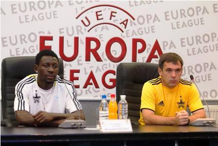 Benjamin Wilfried Balima avec son entraîneur, lors de la conférence de presse d'avant-match de la 2e journée