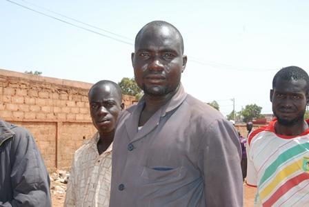 Sabani Kouanda, vendeur de moutons demande l'indulgence des autorités, afin d'occuper le mur de la gare de l'Est (Ph:B24)