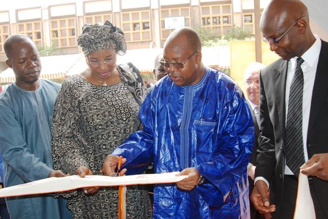 Le ministre Yacouba Barry coupant le ruban d'inauguration du siège de CGE avec Alizèta Ouédraogo, Présidente de la  Chambre de commerce et d'industrie du Burkina  (Ph : B24)