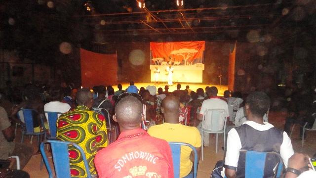 Le public était attentif lors de cette première soirée de conte à l'Espace culturel Gambidi (Ph : B24)