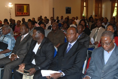 Certains élus comme Sidiki Belem (3e) Gilbert Ouédraogo (4e à partir de droite) sont rompus à l'utilisation des tablettes. © Burkina 24