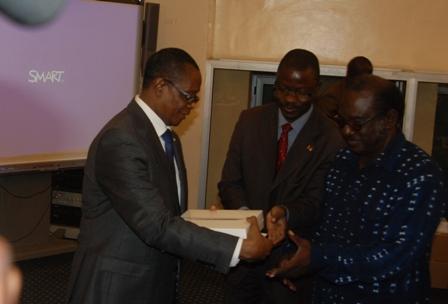 Le PAN Soungalo Ouattara remettant un iPad à un député. © Burkina 24