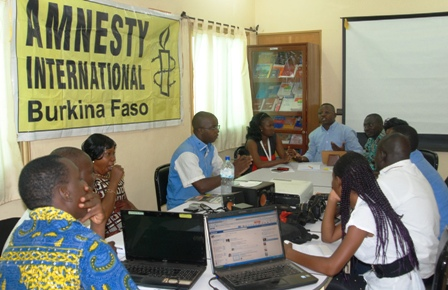 Des membres du staf d'Amnesty Burkina ont échangé avec des journalistes sur le contenu de la déclaration et le contexte. Ph.Burkina 24