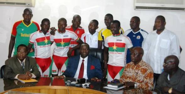 Le ministre des Sports Yacouba Ouédraogo (costume) entouré d'Etalons cyclistes (Ph :  B24)