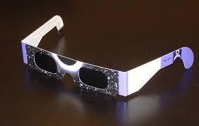 Des lunettes d'observation d'éclipse solaire (Ph : blog.confortvisuel.com)