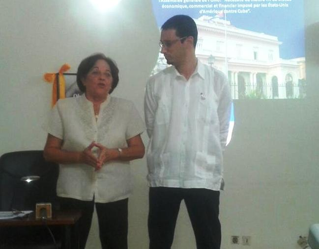 L'ambassadrice de Cuba au Burkina (à d.) lors du point de presse le 22 octobre 2013 (Ph : B24)