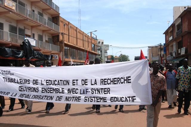Les manifestants sur l'Avenue de la Cathédrale dans la matinée du 4 octobre 2013 (Ph : B24)