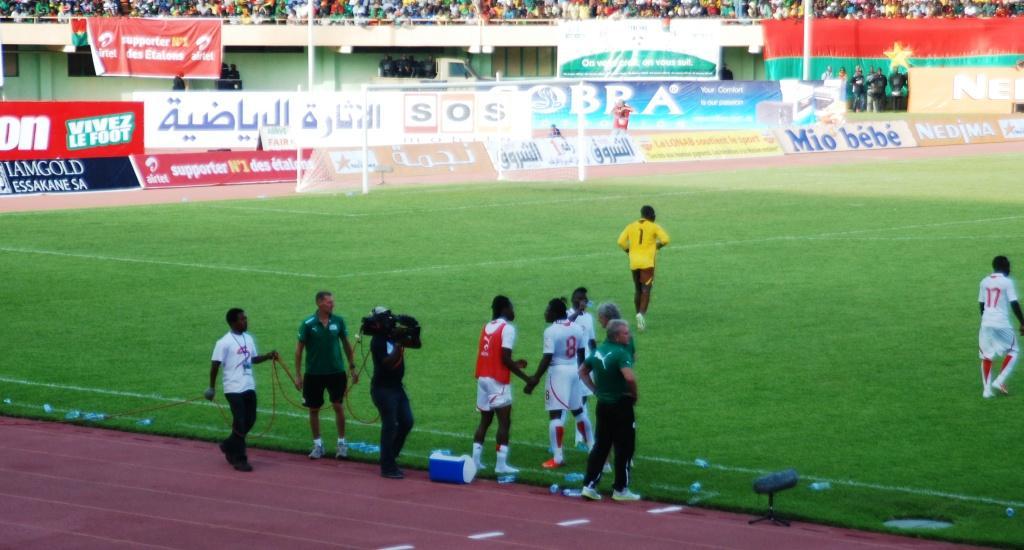 Bakary Koné a profité des temps morts pendant le match pour prodiguer quelques conseils à ses coéquipiers notamment les défenseurs centraux Paul Koulibaly et Steeve Yago © Burkina 24