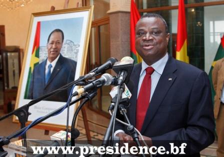 Assimi Kouanda présentant la photo officielle du président du Faso. Ph.Présidence