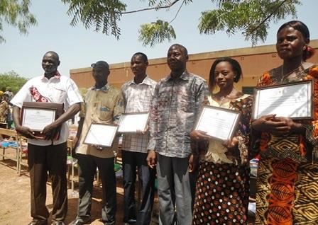 les enseignants avec à  l'extrême gauche le directeur de l'école, Joseph Dimi Paré et au milieu, le parrain de la cérémonie, Amidou Garané, (Ph. B24)