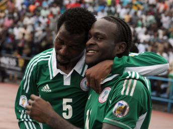 Les Nigérians Efe Ambrose et Victor Moses (à droite). AFP PHOTO/PIUS UTOMI EKPEI