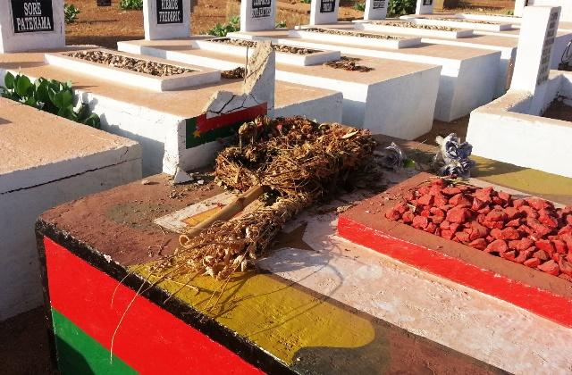 L'épitaphe en béton est en morceaux mais la tombe elle-même est intacte © BURKINA 24