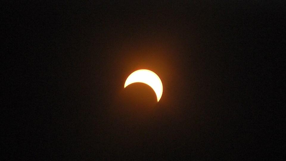 L'éclipse dans sa phase complète. L'ombre de la lune n'a seulement que caché la moitié du soleil (Ph : D.R)