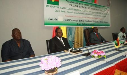 De gauche à droite, Tolé Sagnon, des centrales syndicales, Vincent Zakané ministre de la fonction publique et le chef du Gouvernement, Luc Adolphe Tiao. Ph. Evrard