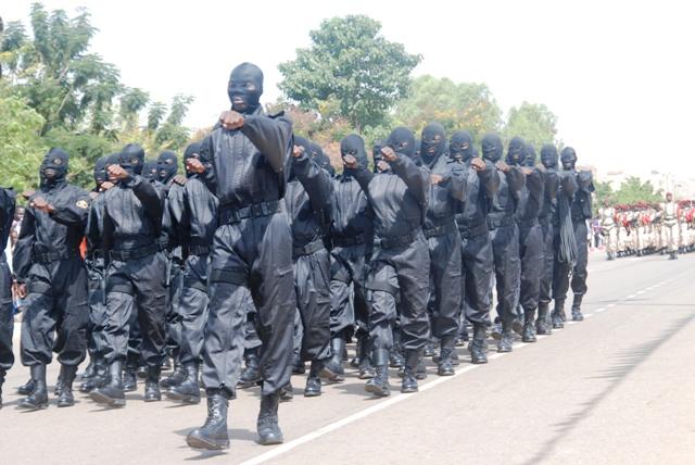 Un peloton du Régiment de sécurité présidentielle burkinabè défilant le 1er novembre 2013 (Ph : B24)