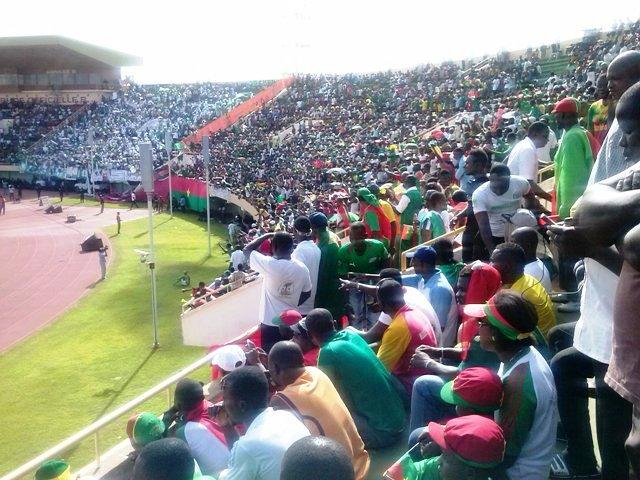 Les supporteurs burkinabè au Stade du 4-Août le 12 octobre 2013 (Ph : B24)