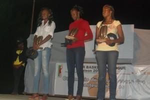 Trois joueurs de l'équipe type en dames avec au centre Mariam Traoré désignée MVP