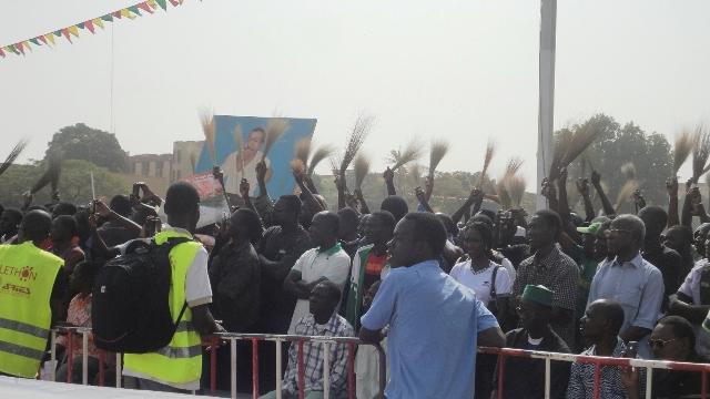 """Présence remarquée du """"Balai Citoyen"""" à la Place de la Nation ce 13 décembre 2013 pour demander justice pour Norbert Zongo (Ph : B24)"""