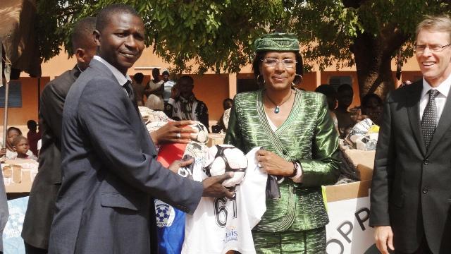 Le président de 360 Développement (à gauche) remettant officiellement le don au ministre de l'Education nationale sous le regard de l'ambassadeur du Canda au Burkina (à droite) (Ph : B24)