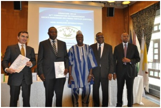2.Autour de l'ambassadeur Eric Y. TIARE (boubou) la SOFITEX et ses partenaires bancaires (Ph : DR)