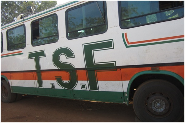 Le car de transport en commun victime du braquage (Ph : Le Quotidien)