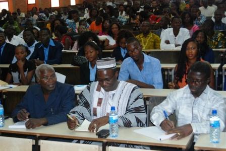 Au premier plan les membres du jury: de gauche à droite, le Pr Yarga Larba, le Pr Soma Abdoulaye et Désiré Pengdwendé, procureur du Faso. © BURKINA 24
