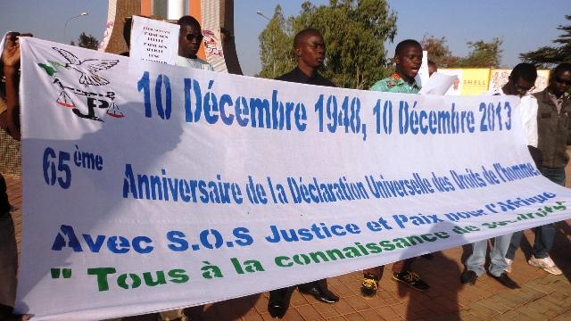 Les membres de l'association S.O.S Justice et paix en Afrique à la Place des droits humains le 10 décembre 2013 (Ph : B24)