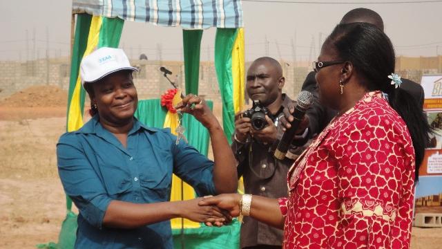 Mamounata Belem, ministre en charge de l'eau, remettant les clés d'i, logement à l'une des bénéficiaires (Ph : B24)