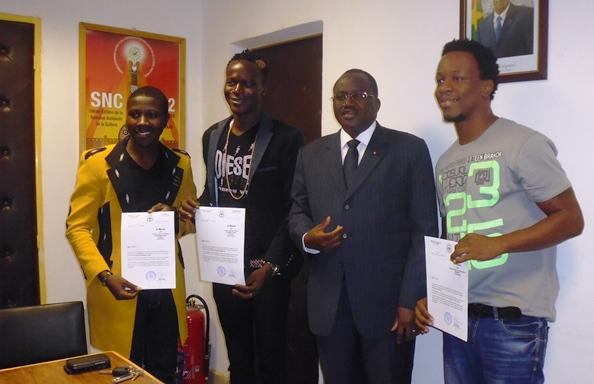 Les artistes posent avec Baba Hama, Ministre de la Culture et de la Communication. Ph. B24