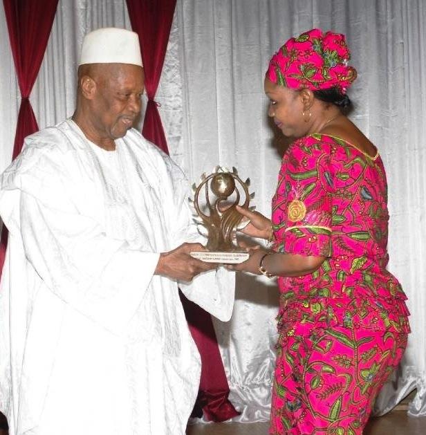 Coris-Bank a reçu le trophée des mains du parrain; Birahima NACOULMA