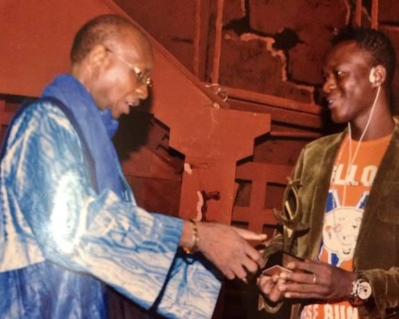 Floby recevant son prix au Bénin (Ph : DR)