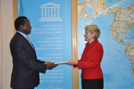 Eric Tiaré remettant ses lettres de créance à Irina Bokova (Ph : Ambassade de France)