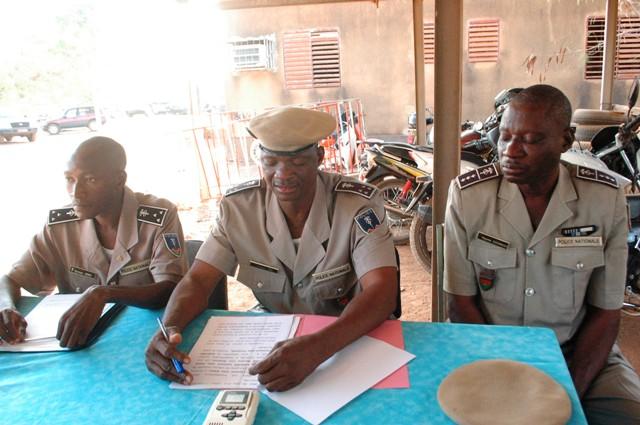 Les animateurs du point de presse avec ( de g à d) Commissaires Talmon Héma, Joseph Toni et l'officier de police Ragomé Ouédraogo (Ph : B24)