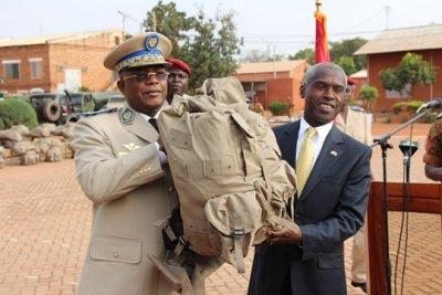 L'Ambassadeur des États-Unis d'amérique au Burkina remettant symboliquement du matériel au chef d'état major général des armées/Ph. Fasozine