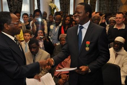 Erice Tiaré recevant des propositions écrites des délégués CSBE