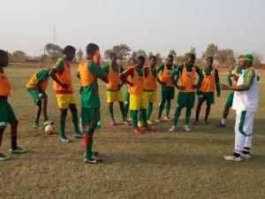 Sidi Napon (blanc) fait comprendre sa stratégie à ses joueurs