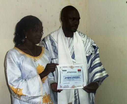 Le manager de Greg, Somsaya Sawadogo, recevant son attestation