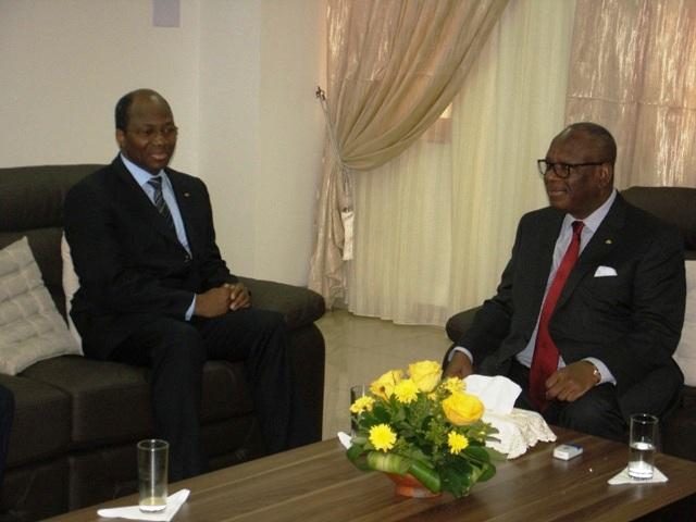 Le ministre burkinabè (à g.) avec le président malien (Ph : MAECR)