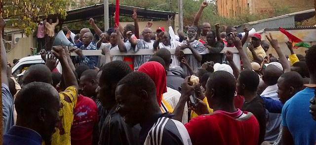 Les responsables de l'opposition dans un camion lors de la marche du 18 janvier 2014 à Ouagadougou  (Ph : B24)