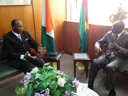 Ram Ouédraogo, s'entretenant avec l'ambassadeur Koutaba. Ph. Vanessa Touré