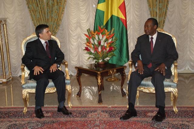 Le ministre délégué aux Affaires africaines et maghrébines d'Algérie, Abdelmadjid Benguerra en entretien avec le Président Blaise Compaoré (Ph : B24)